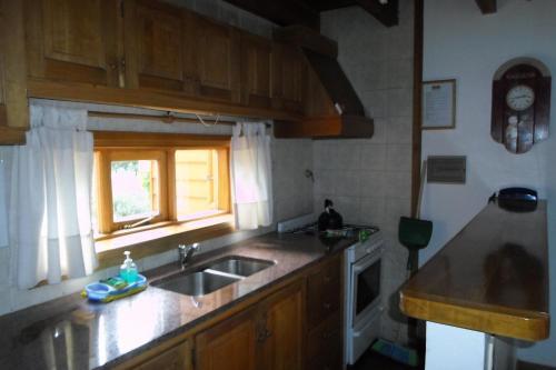 Una cocina o kitchenette en Apart Hotel Robles del Sur