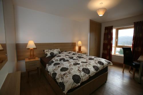 Een bed of bedden in een kamer bij St Angela's Luxury Apartments