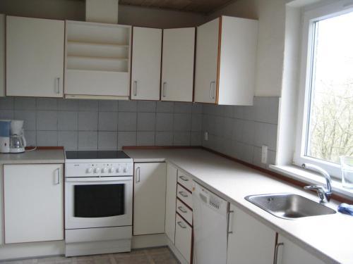 Een keuken of kitchenette bij Den gamle Brugs