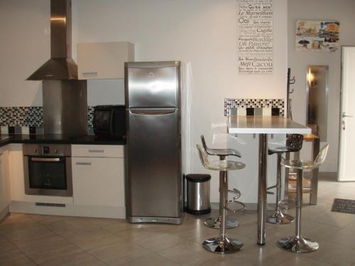 A kitchen or kitchenette at Loft Du Pecheur