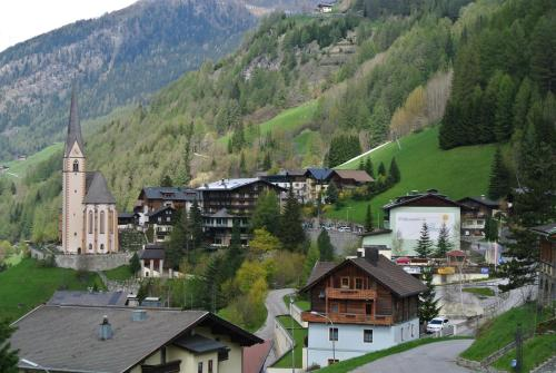Blick auf Appartement Gorgasser im Berghaus Glockner aus der Vogelperspektive
