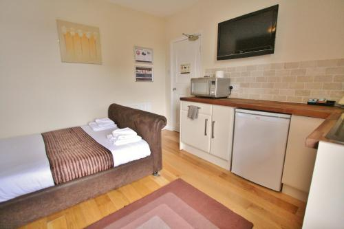 A television and/or entertainment center at Central Studios Gloucester Road by RoomsBooked