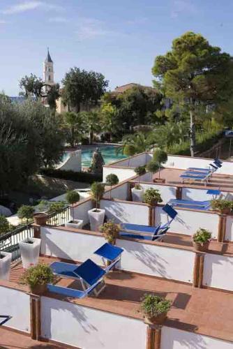 Vista sulla piscina di Hotel Ristorante Cavaliere o su una piscina nei dintorni