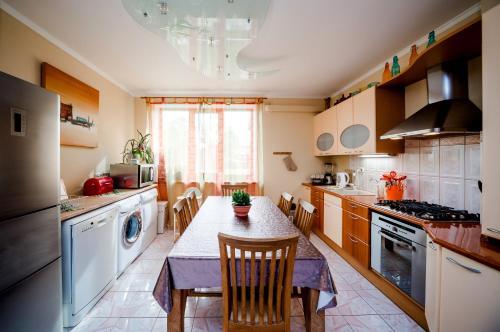 Кухня или мини-кухня в Villa Riga