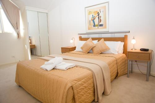 A bed or beds in a room at Windsor Apartments