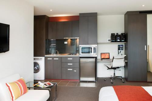 A kitchen or kitchenette at City Tempo - Queen St