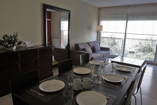 A restaurant or other place to eat at Alguera Apartments Sant Andreu