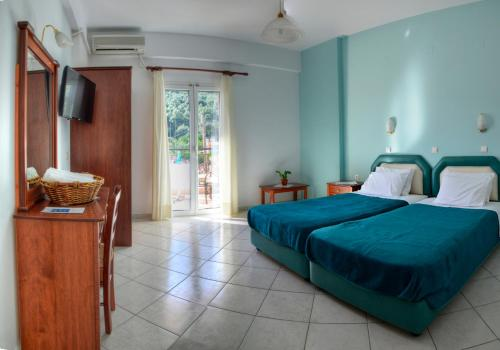 Een bed of bedden in een kamer bij Nikas Villa Orange Apartments