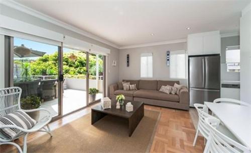 Uma área de estar em Bondi Executive - A Bondi Beach Holiday Home