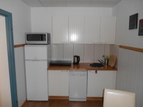 A kitchen or kitchenette at Warum ins Hotel