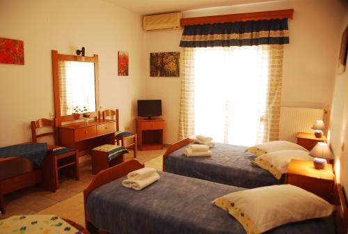 Un pat sau paturi într-o cameră la Saonisos