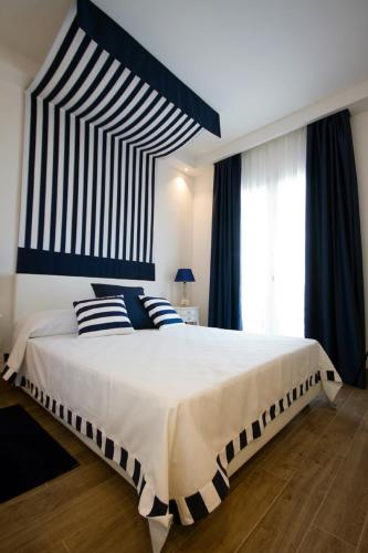 A bed or beds in a room at Hotel Nautilus
