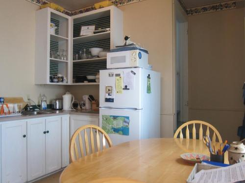 A kitchen or kitchenette at Cherry Tree Loft Apartment