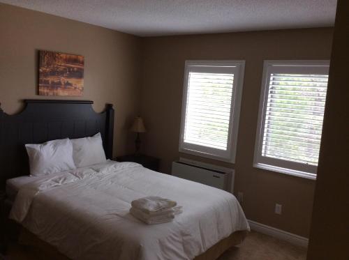 سرير أو أسرّة في غرفة في Mountain Springs Loft
