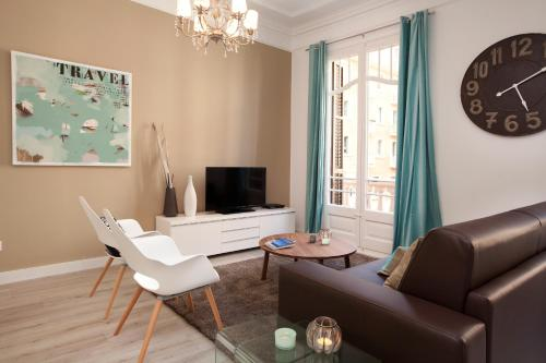A television and/or entertainment centre at Click&Flat Seneca Suites