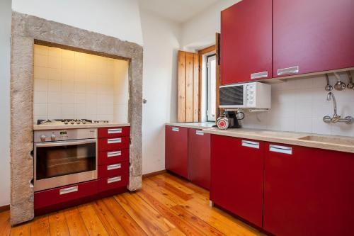A kitchen or kitchenette at LxWay Apartments Diario de Notícias Color