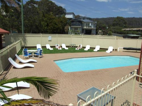 A view of the pool at Sapphire Court or nearby