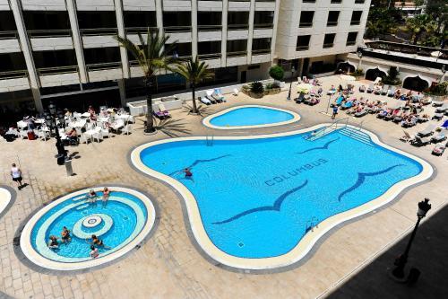 Uitzicht op het zwembad bij Kn Aparthotel Columbus of in de buurt