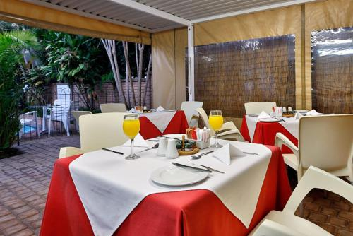 A restaurant or other place to eat at Villa La Palma Self-catering