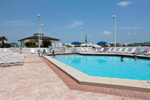 The swimming pool at or near Surfside Resort