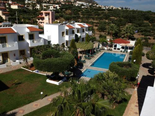 Uitzicht op het zwembad bij Nikolas Villas Appartments of in de buurt