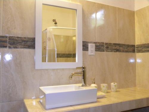 A bathroom at Apart 21 Oranges