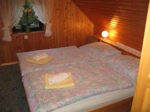 Ein Bett oder Betten in einem Zimmer der Unterkunft Počitniška hiša Ukanc