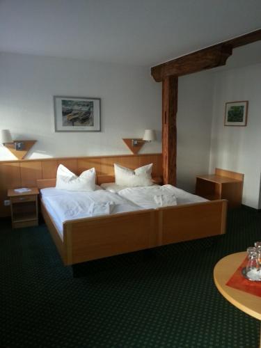 Ein Bett oder Betten in einem Zimmer der Unterkunft Hotel am Schloß