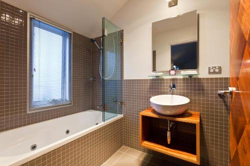 A bathroom at TWOFOURTWO Boutique Apartments