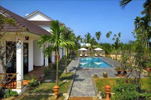 Tầm nhìn ra hồ bơi gần/tại Green Areca villa