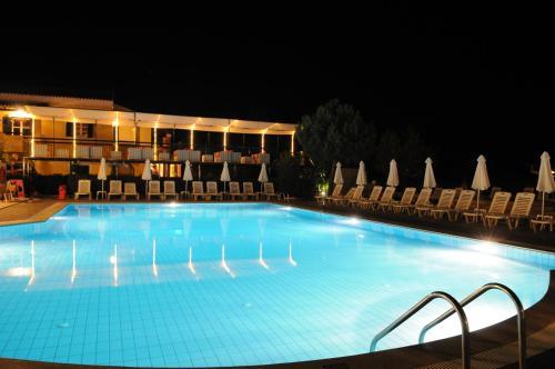 Het zwembad bij of vlak bij Matoula