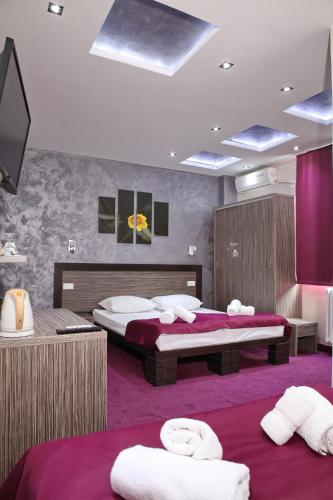 A bed or beds in a room at Side One Design Hotel Garni
