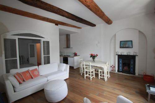 A seating area at Love in Portofino Apartment
