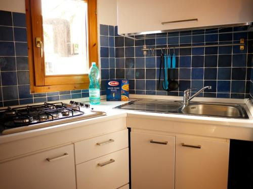 A kitchen or kitchenette at Casetta Azzurra