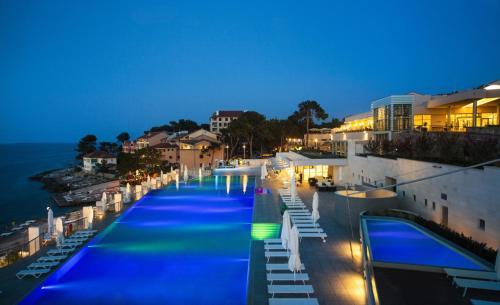 Ein Blick auf den Pool von der Unterkunft Apartments Punta oder aus der Nähe