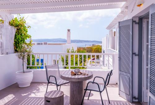 A balcony or terrace at Milos Bay Suites