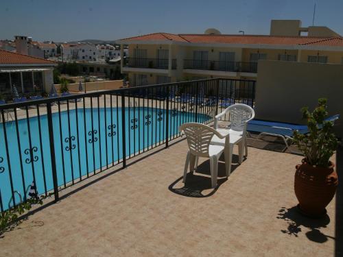 Ein Blick auf den Pool von der Unterkunft Latchi Studio Apartment oder aus der Nähe