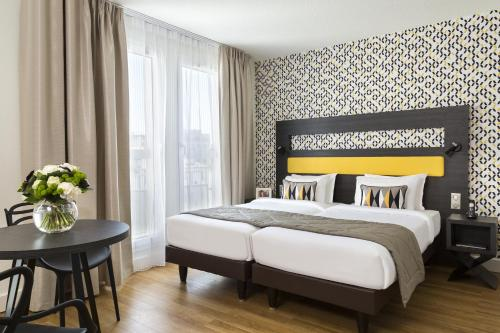 A bed or beds in a room at Citadines Tour Eiffel Paris