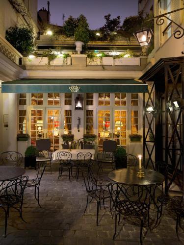 A restaurant or other place to eat at Hôtel Duc De St-Simon