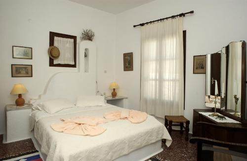 A bed or beds in a room at Bungalows Svoronos