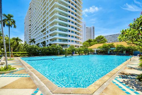 Der Swimmingpool an oder in der Nähe von View Talay 5 22nd floor by MyPattayaStay