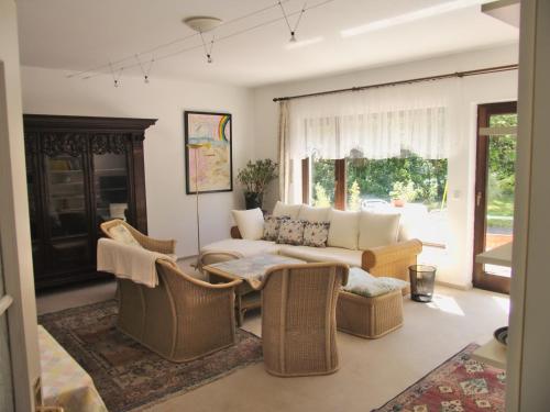 Ein Sitzbereich in der Unterkunft Ferienhaus Am Walde