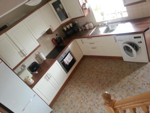A kitchen or kitchenette at Bathog Apartments