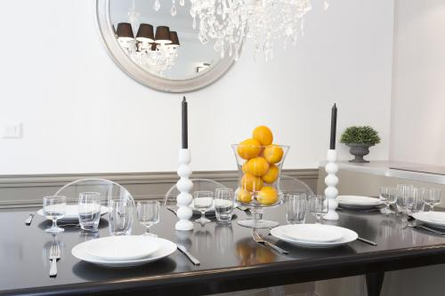 A restaurant or other place to eat at Luxury 3 Bedrooms Grands-Boulevards I by Livinparis