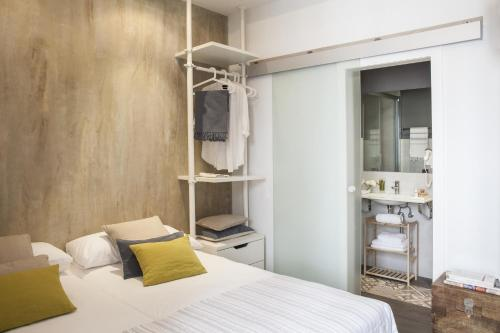 A bed or beds in a room at AinB Born-Dames Apartments