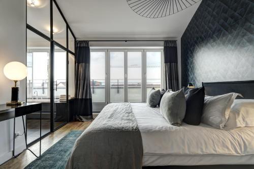 Кровать или кровати в номере Gorki Apartments