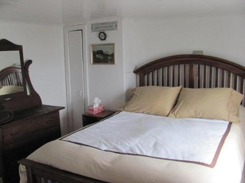 A bed or beds in a room at Wolfcove Retreat House