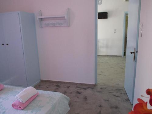 A bed or beds in a room at Skyros Junior Studios