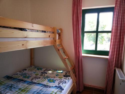 Ein Etagenbett oder Etagenbetten in einem Zimmer der Unterkunft Hof Bais - Komfort Ferienhaus