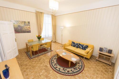 Ein Sitzbereich in der Unterkunft Carlton Suites